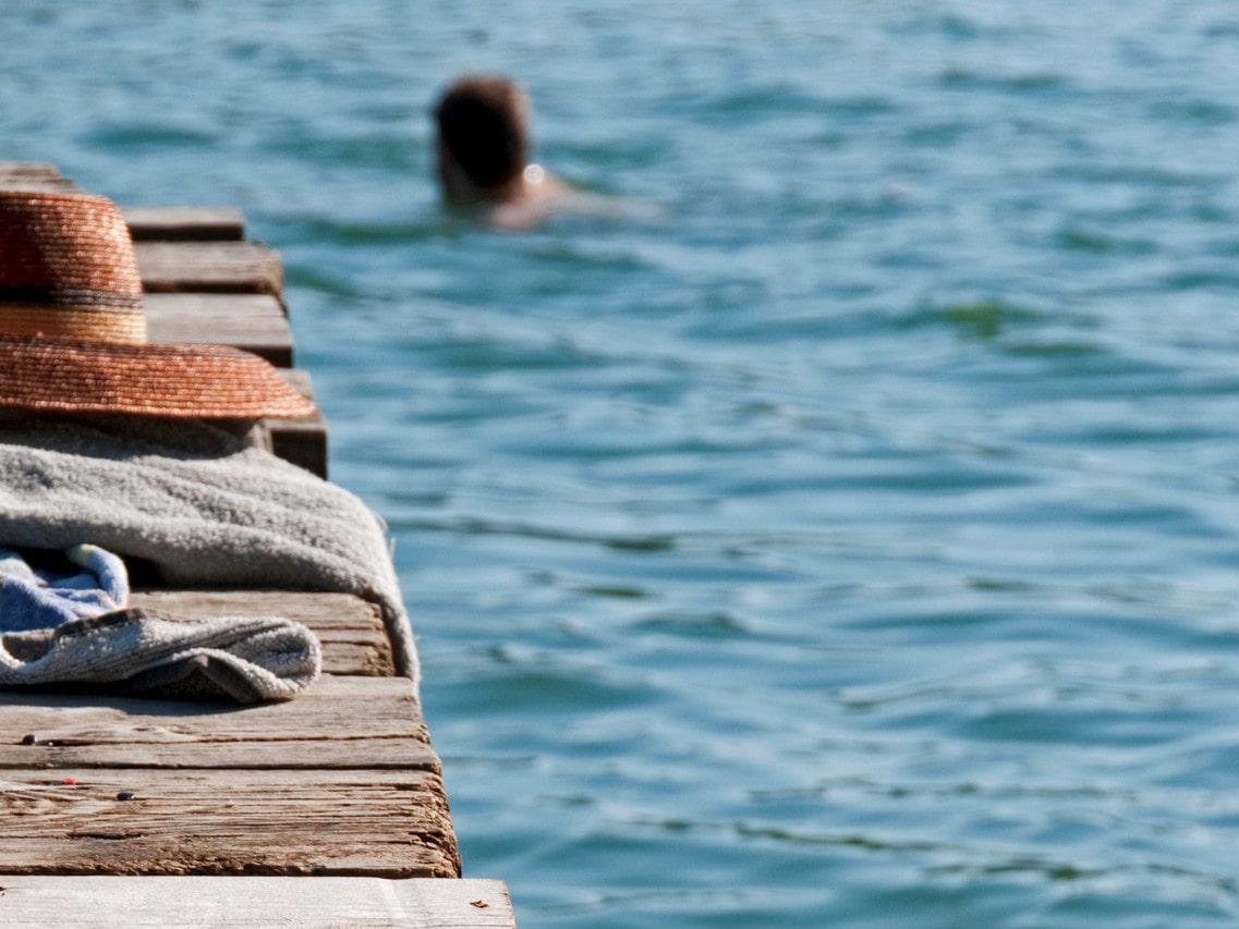 Badesteg mit Decke und Sonnenhut