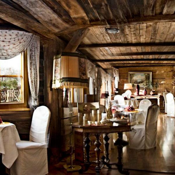 Gemütliches Restaurant mit weißen Stuhlhussen