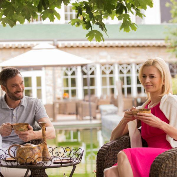 Paar trinkt Tee im Wellnessgarten