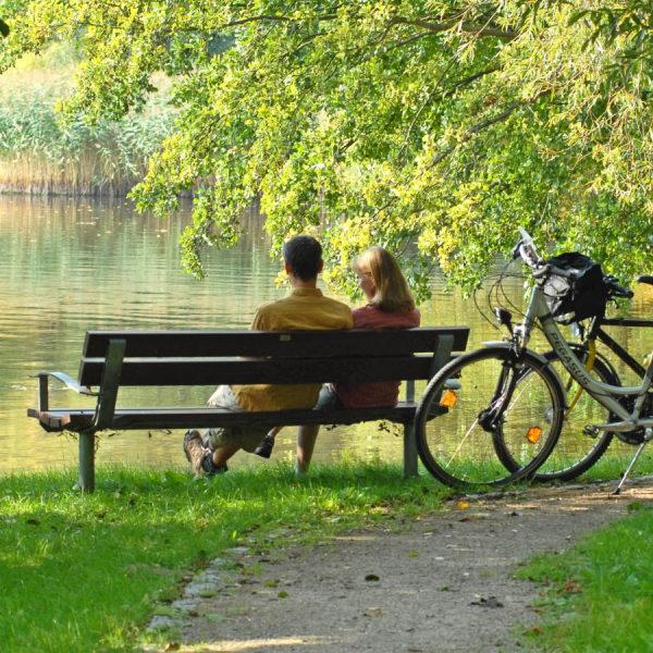 Paar bei einer Radpause am See