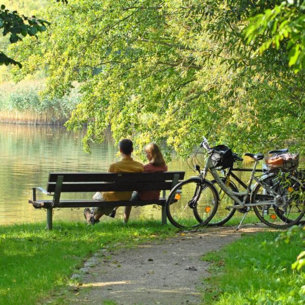 Radfahrer bei einer Pause auf einer Bank