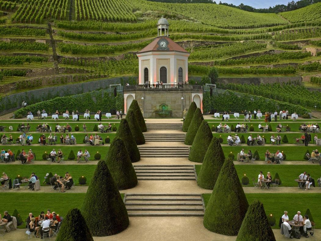 Schlosspark mit begrünten Terrassen