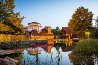 Idyllischer Teich im Wellnessgarten