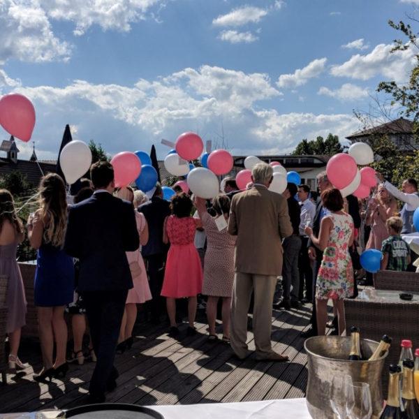 Hochzeitsgäste mit Luftballons