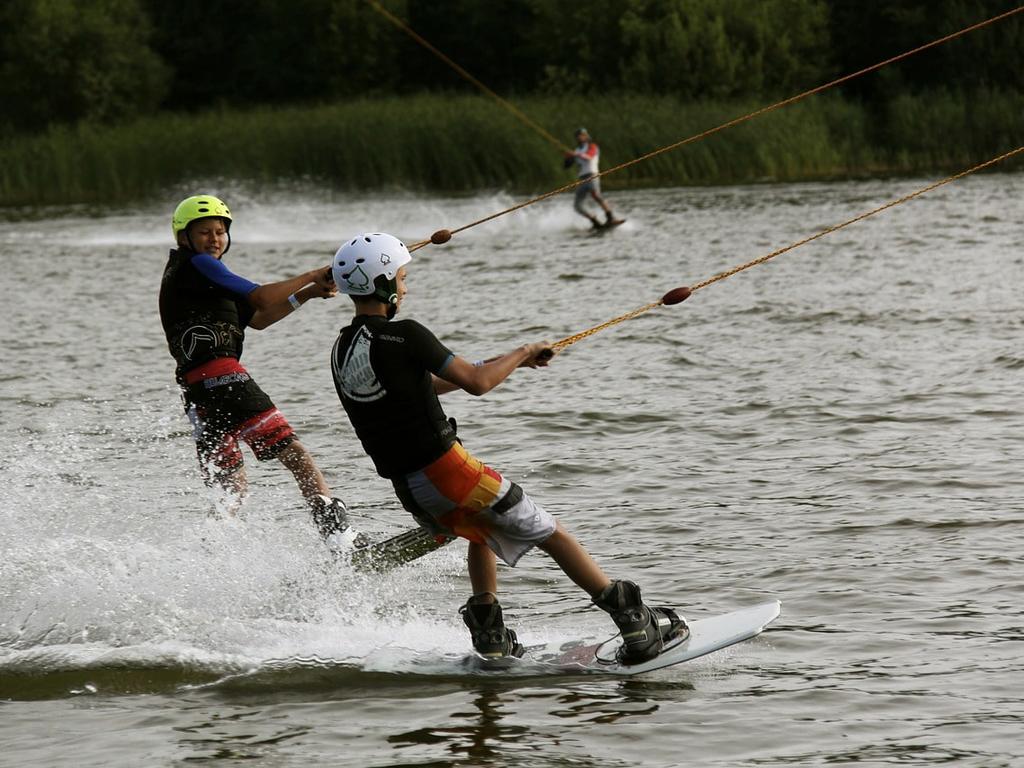 Zwei Wasserskifahrer an einer Anlage