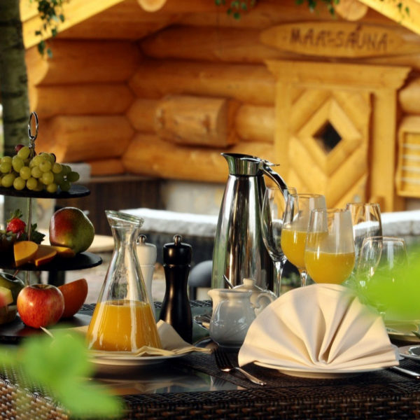 Frühstückstisch mit Obst und Orangensaft