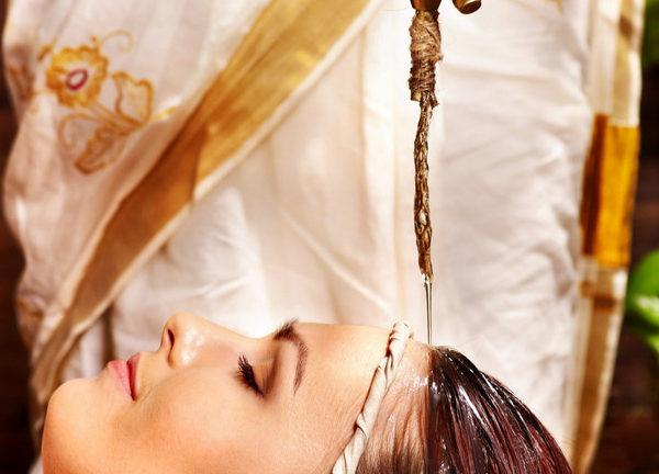 Vorrichtung für den ayurvedischen Stirnölguss während einer Behandlung