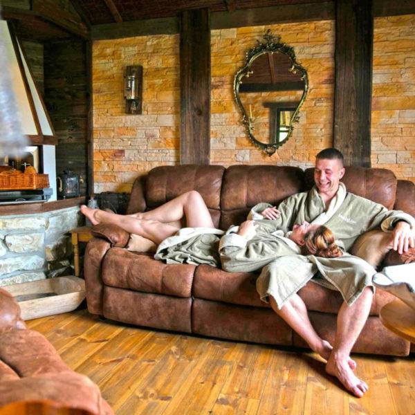 Lachendes Paar auf Sofa in Brotbadhütte