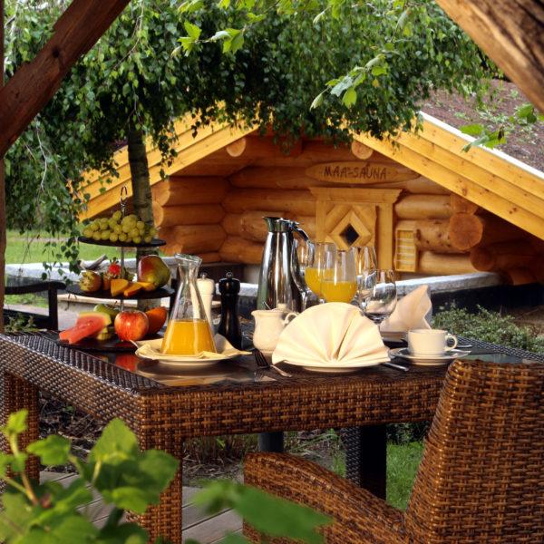 Gedeckter Frühstückstisch im Wellnessgarten