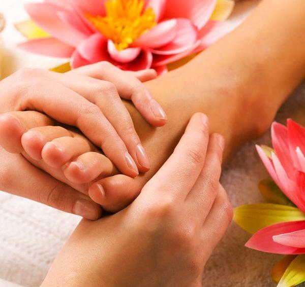 Fußmassage mit Lotusblüten