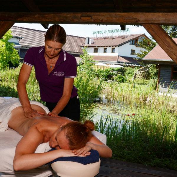 Mitarbeiterin bei Outdoor Rückenmassage
