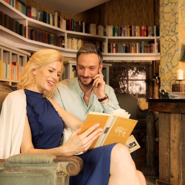 Pärchen liest ein Buch in Bibliothek