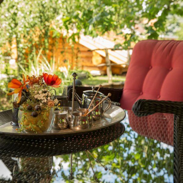 Blumenarrangement und Teeservice in Sitzecke
