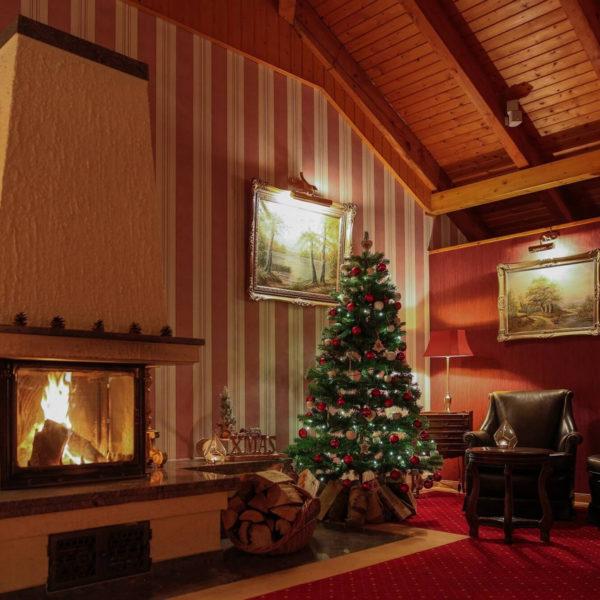 Geschmückter Weihnachtsbaum am Kamin