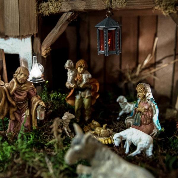 Weihnachtskrippe mit Figuren
