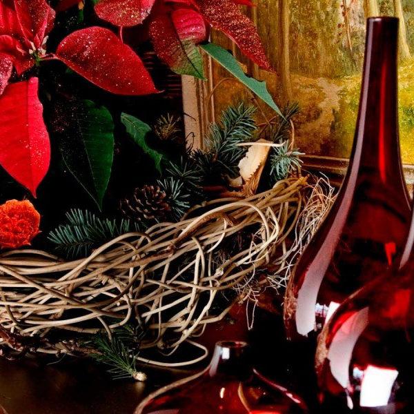 Weihnachtsdekoration mit roten Vasen und Adventsstern