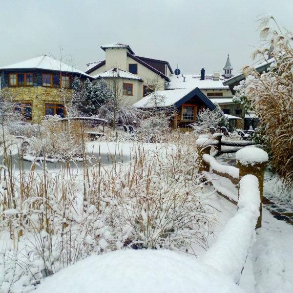 Verschneiter Wellnessgarten im Winter