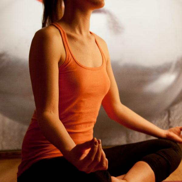 Frau im Schneidersitz beim Yoga