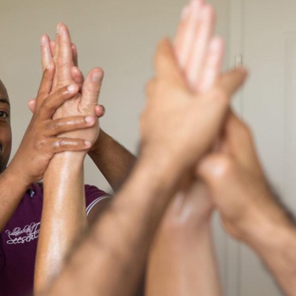 Detailaufnahme einer ayurvedischen Handmassage