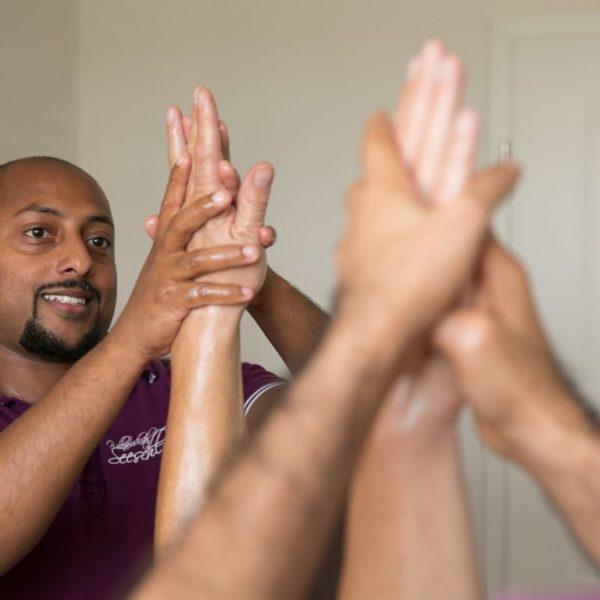 Therapeut bei ayurvedischer Handmassage