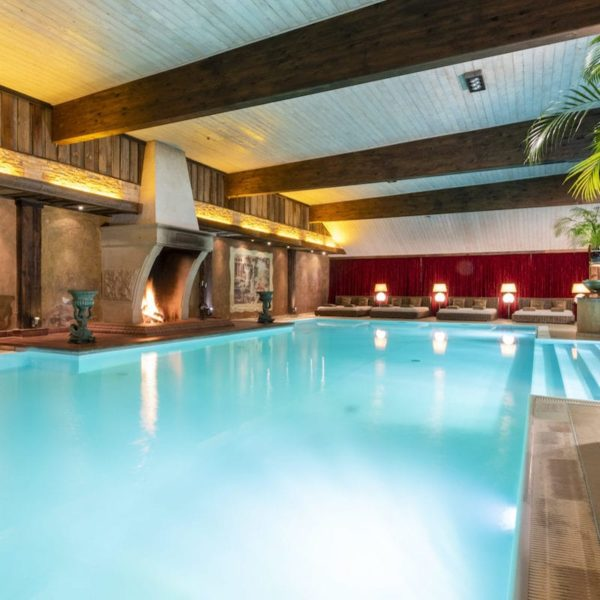 Indoor Pool mit Kamin